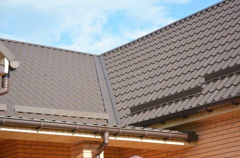 Sluit omhoog op het dak van het huismetaal met probleemgebieden voor het waterdicht maken van bouw met dak het guttering royalty-vrije stock fotografie