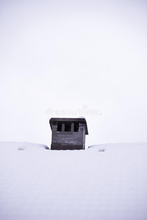 Sluit omhoog op houten die vogelhuis het voeden dienblad met sneeuw in wintertijd wordt behandeld, Slovenië royalty-vrije stock foto's