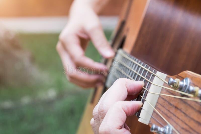 Sluit omhoog op jonge vrouw het spelen gitaar royalty-vrije stock fotografie