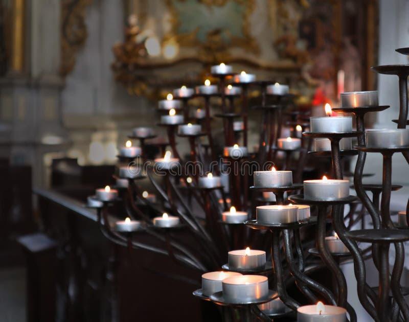 Sluit omhoog op kaarsen in katholieke kerk royalty-vrije stock afbeelding