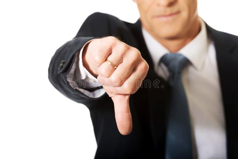 Sluit omhoog op mannelijke hand die duim benedenteken tonen royalty-vrije stock foto's