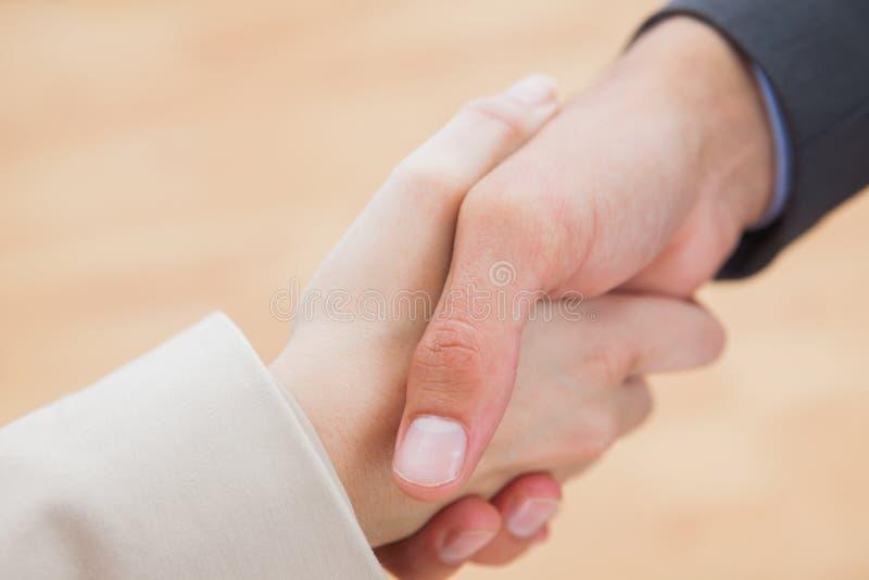 Sluit omhoog op nieuwe partners die handen schudden royalty-vrije stock foto