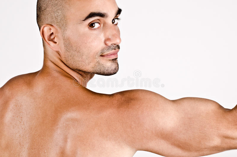 Sluit omhoog op profiel van een mens en het wapen met de schouder en de bicepsen royalty-vrije stock afbeelding