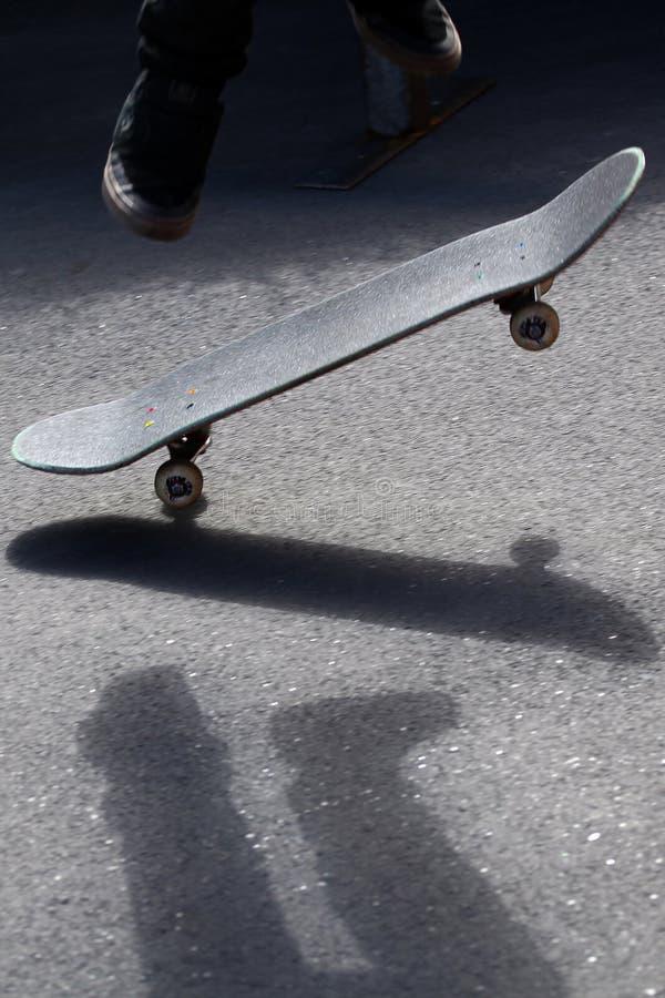 Sluit omhoog op skateboard in motie stock afbeelding