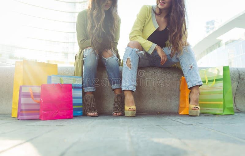 Sluit omhoog op twee meisjes met het winkelen zakken royalty-vrije stock afbeelding