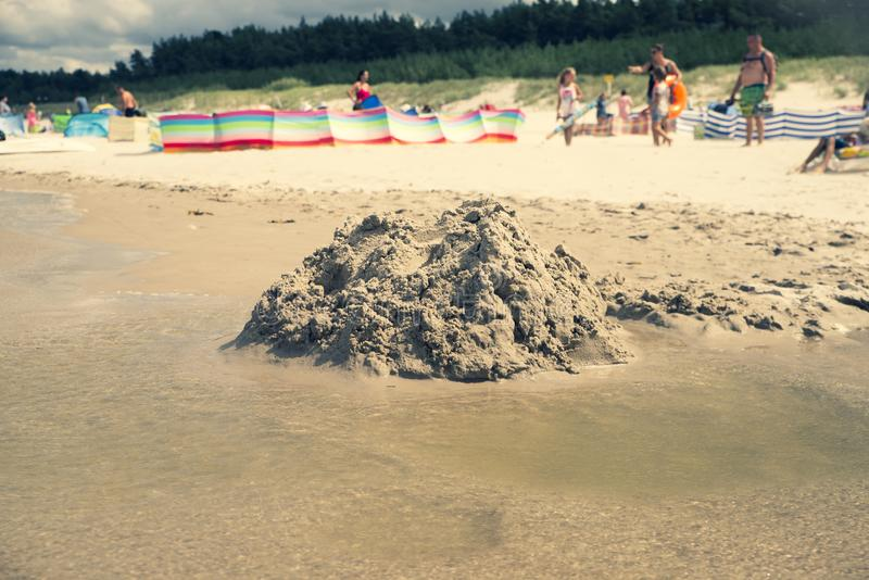 Sluit omhoog op vernietigd zandkasteel op het strand royalty-vrije stock fotografie