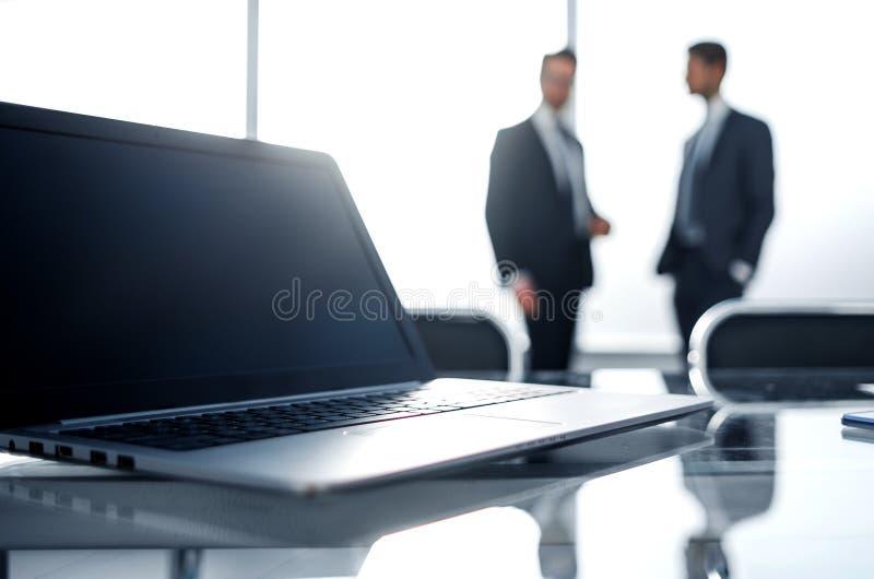 Sluit omhoog Open laptop in de werkplaats royalty-vrije stock afbeelding