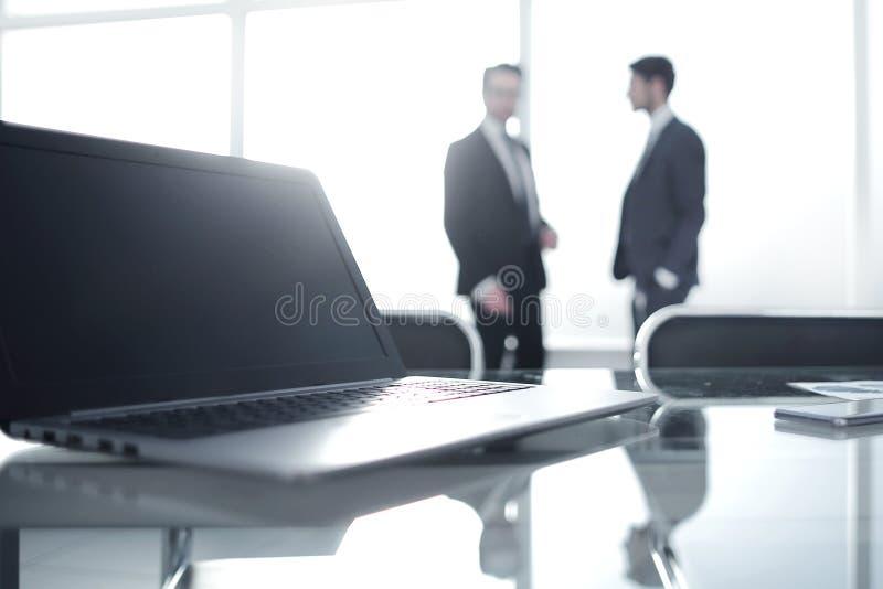 Sluit omhoog Open laptop in de werkplaats royalty-vrije stock foto's