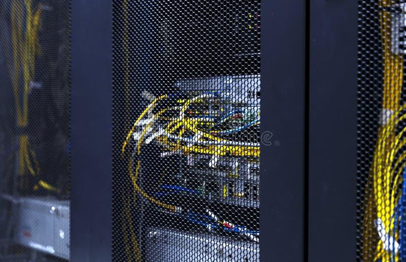 Sluit omhoog optische kabels en dradenverbinding van gegevensverkerenterminal Servermateriaal voor cellulaire mededeling in de ge stock afbeelding