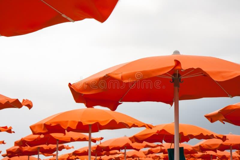 Sluit omhoog oranje paraplu's in het Strand van Rimini en van Riccione en Cattolica- royalty-vrije stock afbeeldingen