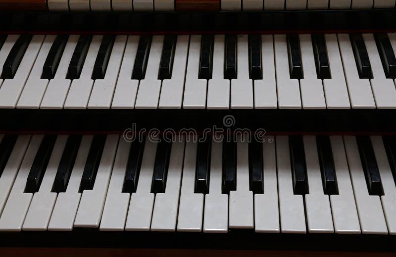 Sluit omhoog oud uitstekend dubbel toetsenbord van orgaan royalty-vrije stock fotografie