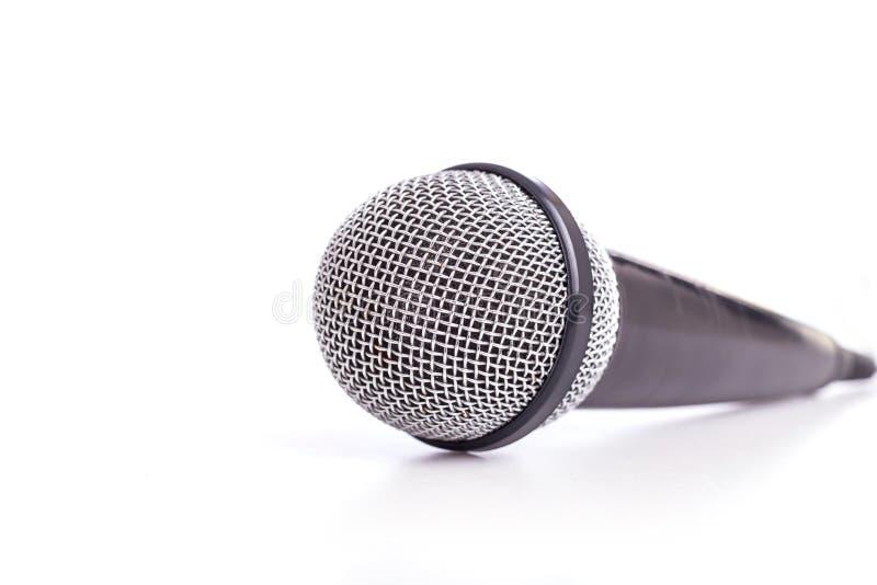 Sluit omhoog oude die microfoon op wit wordt geïsoleerd stock foto's