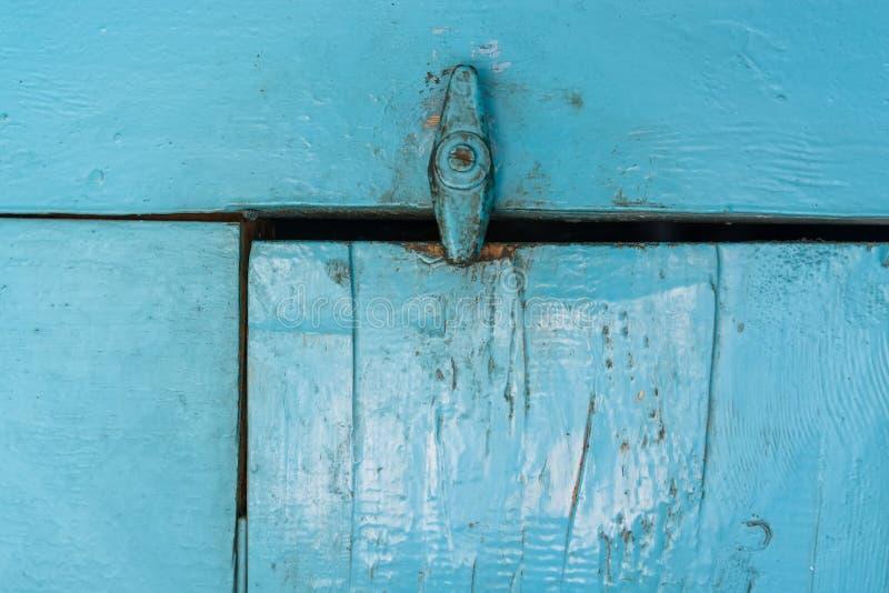 Sluit omhoog oude klink op houten deur royalty-vrije stock foto