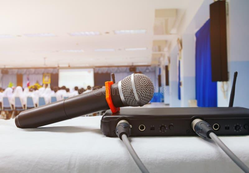Sluit omhoog oude microfoonradio met vakje signaal op de witte lijst in vergaderzaal van het bedrijfsconferentie de binnenlandse  royalty-vrije stock foto's