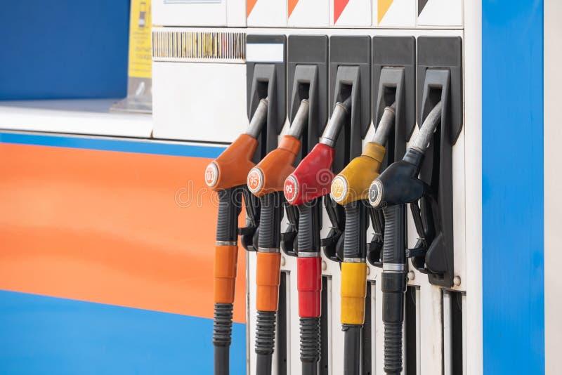 Sluit omhoog pijpbrandstof bij benzinestation stock fotografie