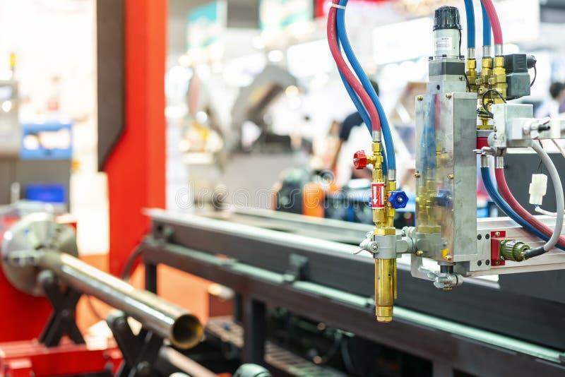 Sluit omhoog pijphoofd van hoge precisiecnc de snijmachine van het gasplasma voor het metaalplaat van de procesbesnoeiing of buis royalty-vrije stock foto's