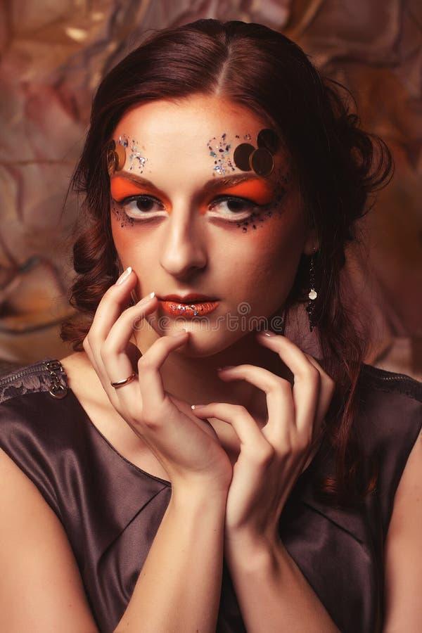 Sluit omhoog portret redhair vrouw met heldere creatief omhoog maken royalty-vrije stock fotografie