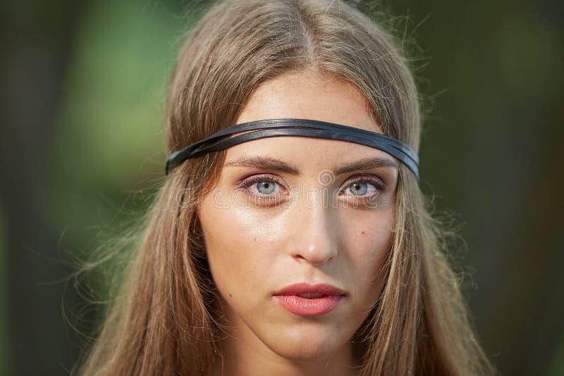 Sluit omhoog portret van aantrekkelijke jonge hippievrouw stock afbeelding