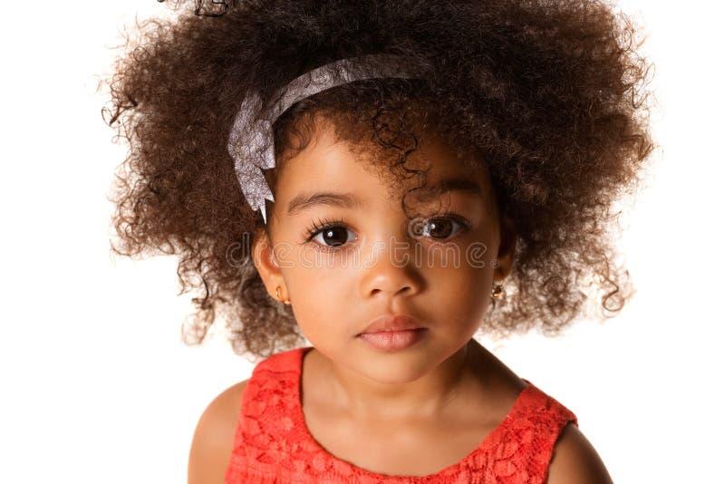 Sluit omhoog portret van Afrikaans-Amerikaans meisje, in geïsoleerde studio stock afbeeldingen