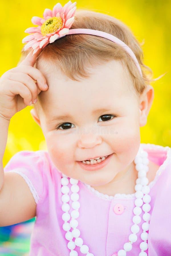 Sluit omhoog portret van charmant smileygezicht van één éénjarige stock foto's