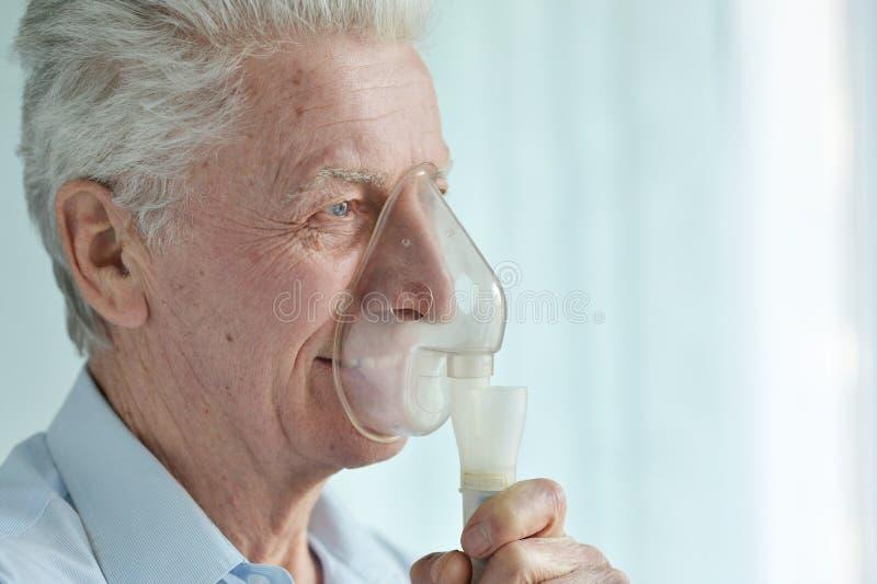 Sluit omhoog portret van de Hogere mens met inhaleertoestel royalty-vrije stock afbeelding