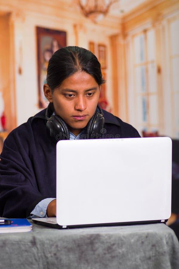 Sluit omhoog portret van de inheemse jonge Latijnse mens gebruikend laptop stock fotografie