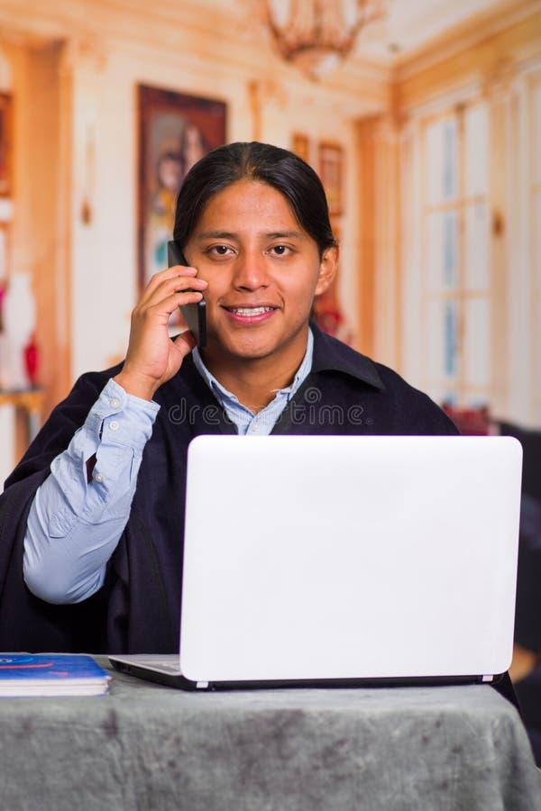 Sluit omhoog portret van de inheemse jonge Latijnse mens gebruikend laptop royalty-vrije stock afbeeldingen