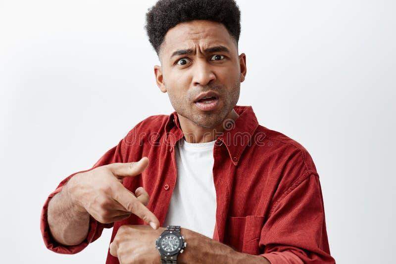 Sluit omhoog portret van de jonge knappe zwart-gevilde mens met afrokapsel in toevallige witte t-shirt onder rood overhemd stock afbeeldingen