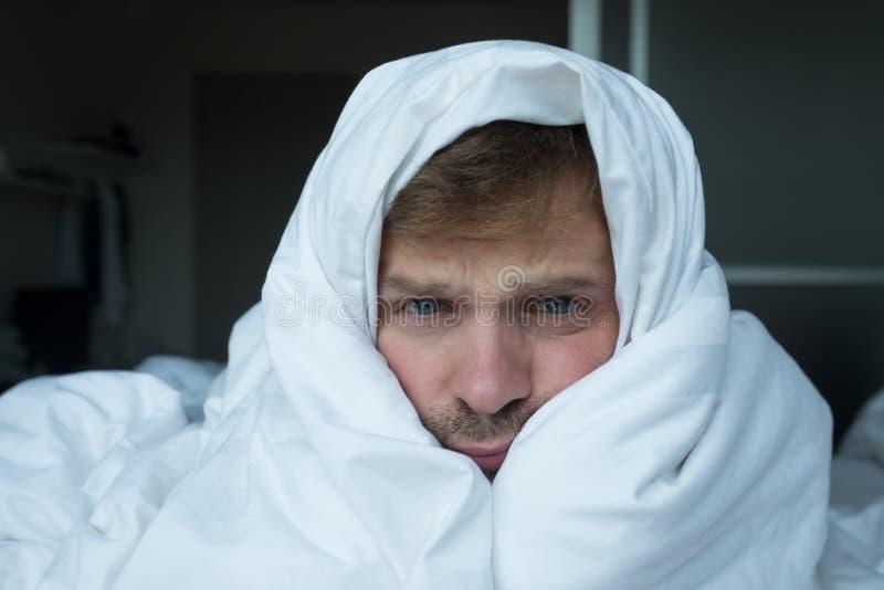 Sluit omhoog portret van de Kaukasische mens met slapeloosheid royalty-vrije stock foto