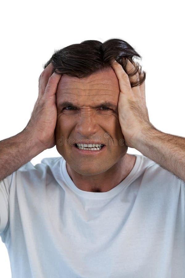 Sluit omhoog portret van de rijpe mens die aan hoofdpijn lijden stock afbeelding