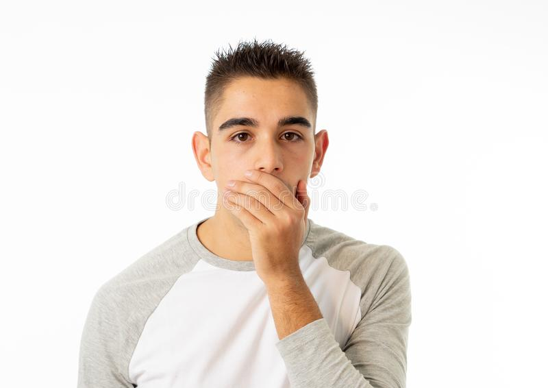 Sluit omhoog portret van de zorg geschokte jonge mens met bang gemaakte gebaren Doen schrikken gezicht, geschokt mannetje royalty-vrije stock afbeeldingen