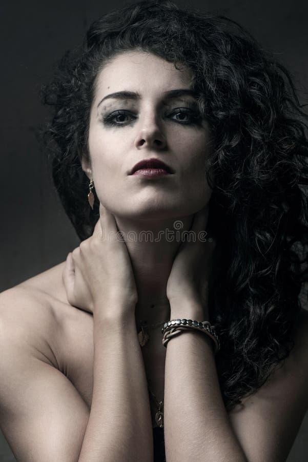 Sluit omhoog portret van donkerbruine vrouw stock afbeelding