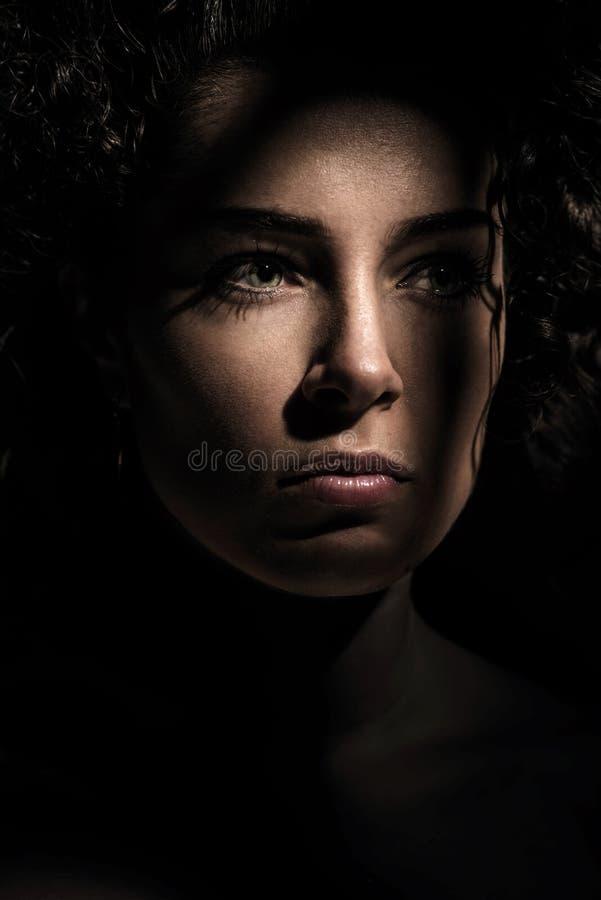 Sluit omhoog portret van donkerbruine vrouw stock fotografie