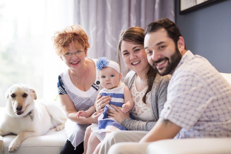 Sluit omhoog portret van drie generaties van vrouwen die dichte, grootmoeder, moeder en babydochter thuis zijn royalty-vrije stock foto's