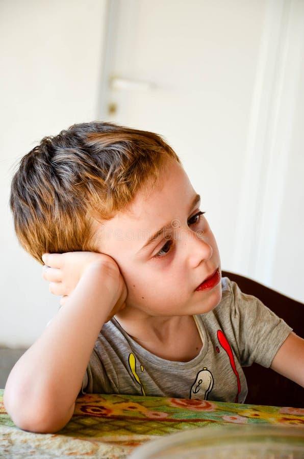 Sluit omhoog portret van droevig weinig jongen stock afbeelding