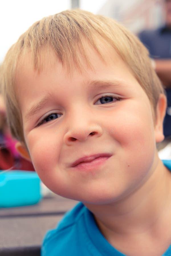Sluit omhoog portret van een 4 éénjarigenjongen met blond haar stock foto