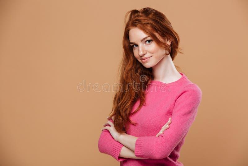 Sluit omhoog portret van een aantrekkelijk jong roodharigemeisje stock foto
