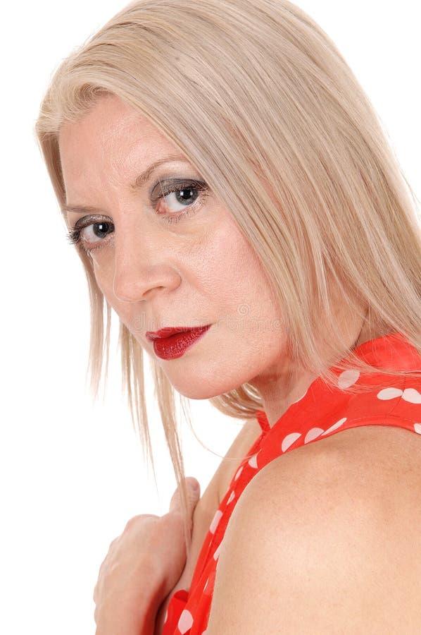 Sluit omhoog portret van een blonde vrouw, die camera onderzoeken stock foto's
