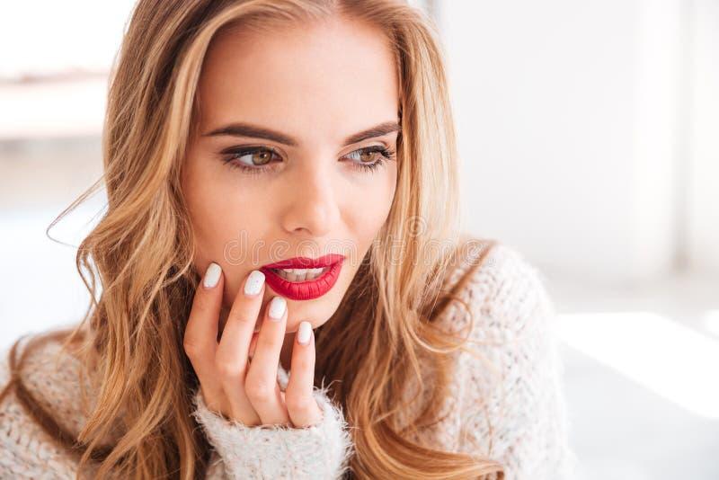 Sluit omhoog portret van een charmante vrouw met rode lippenstift stock foto's