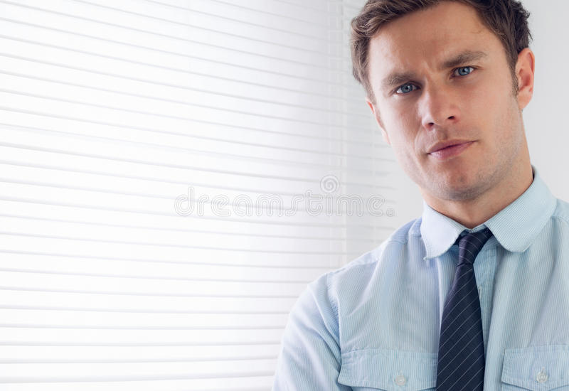 Sluit omhoog portret van een elegante zakenman stock afbeeldingen