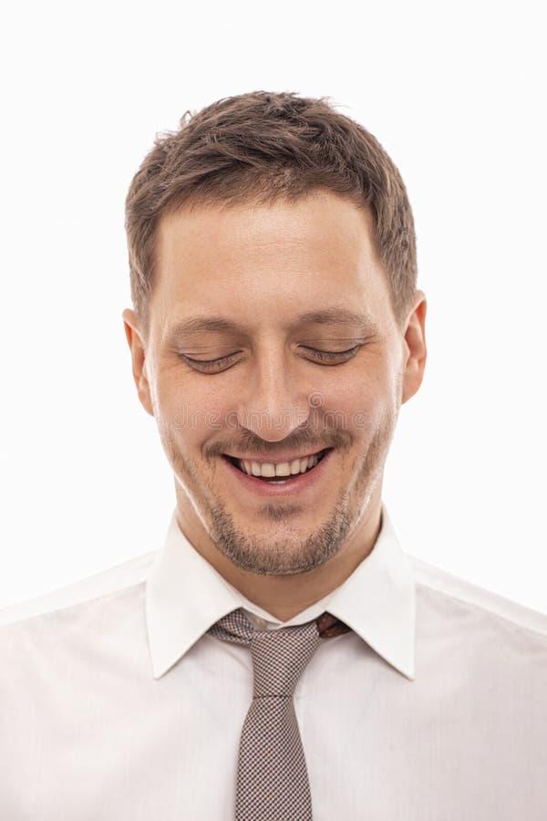 Sluit omhoog portret van een glimlachende mensenmanager die een witte overhemd en een band dragen met gesloten ogen op witte acht stock afbeelding