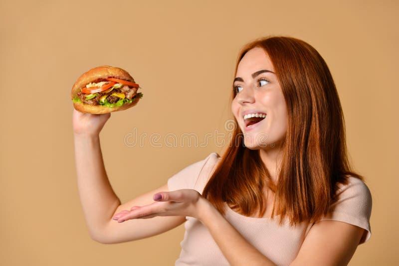 Naakt rijden voor een hamburger