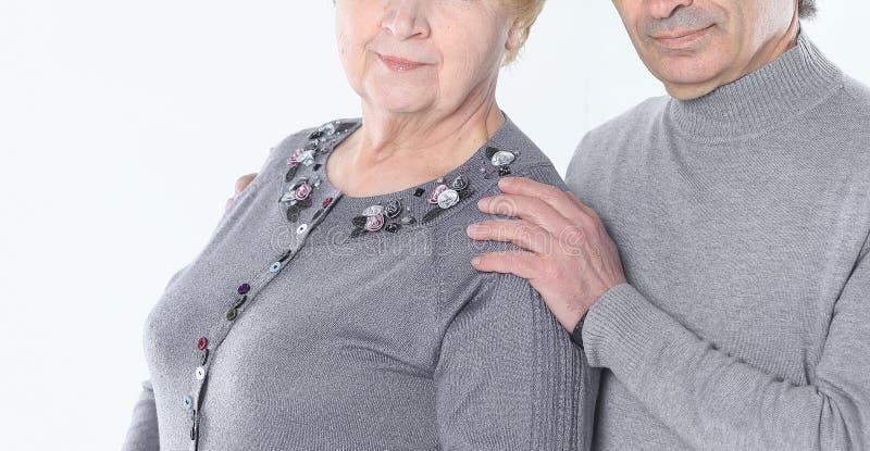 Sluit omhoog Portret van een houdend van bejaard paar ge?soleerd op witte B stock afbeelding