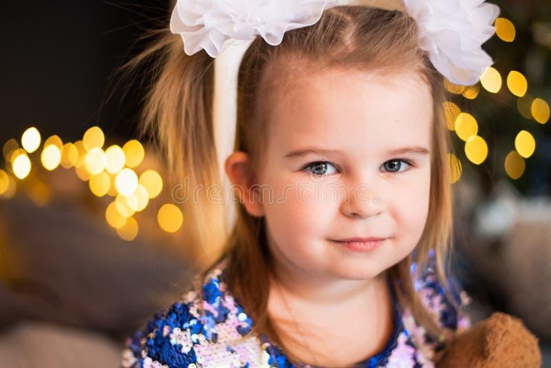 Sluit omhoog portret van een jong meisje met a buigt op haar haar royalty-vrije stock foto's