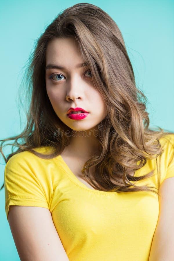Sluit omhoog portret van een jonge mooie donkerbruine vrouw die camera, de verraste blik bekijken stock afbeelding