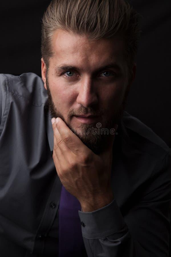 Sluit omhoog portret van een knappe denkende mens met baard royalty-vrije stock foto