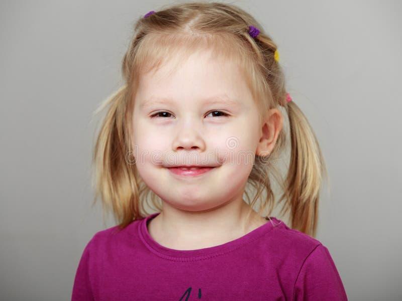 Sluit omhoog portret van een leuk glimlachend blondemeisje royalty-vrije stock foto
