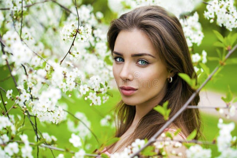 Download Sluit Omhoog Portret Van Een Mooi Jong Meisje Op De Achtergrond Van Stock Foto - Afbeelding bestaande uit bloemen, charme: 54076180
