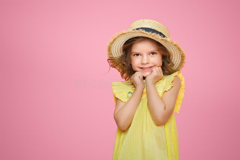 Sluit omhoog portret van een Mooi meisje in gele kleding en strohoed stock afbeeldingen