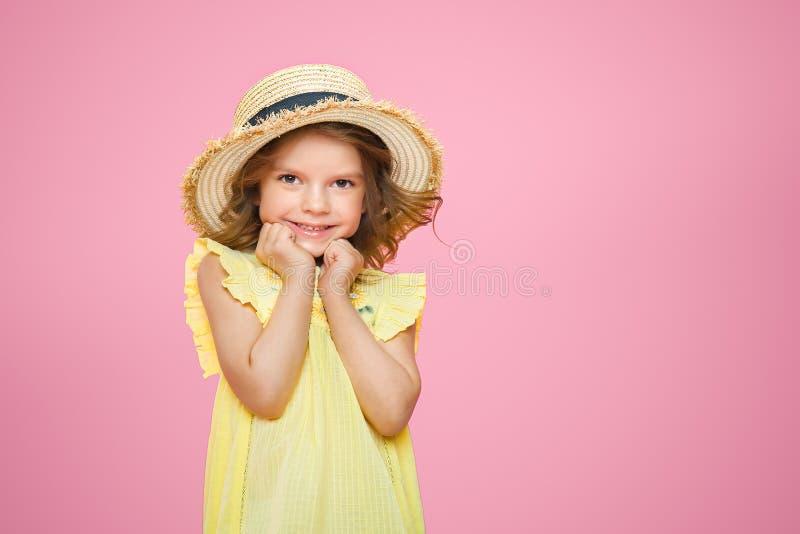 Sluit omhoog portret van een Mooi meisje in gele kleding en strohoed stock foto's